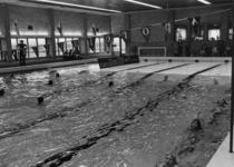91536 Interieur van het overdekte zwembad Fletiomare (Esdoornlaan 5) te De Meern (gemeente Vleuten-De Meern): grote ...