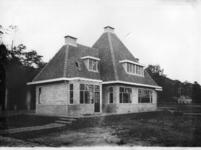 23573 Gezicht op de woning van de opzichter van het Stichts Asyl voor Dieren (Houtensepad 2A) te Utrecht.N.B.: Het ...