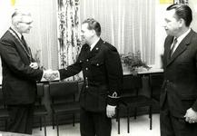 90569 Afbeelding van de felicitaties van burgemeester J. van der Heide van de gemeente Vleuten-De Meern aan M. van den ...
