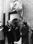 90945 Afbeelding van de officiële opening het kantoor van het weekblad De Brug (Dorpsstraat 6) te Vleuten (gemeente ...