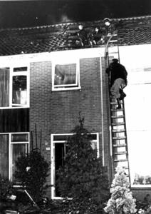 90768 Afbeelding van een brand op de zolderverdieping van het huis Camphuysenstraat 54 te Vleuten (gemeente Vleuten-De ...