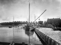 41662 Gezicht op een schip in de Veilinghaven te Utrecht tijdens het lossen van materiaal voor de bouw van de ...
