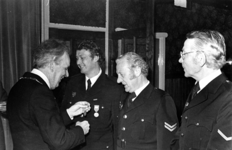90661 Afbeelding van het uitreiken van een onderscheiding wegens langdurige dienst bij de vrijwillige brandweer van ...