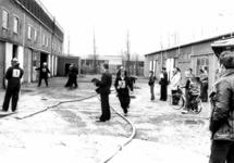 90601 Afbeelding van een brandweerwedstrijd, georganiseerd door het brandweerkorps De Meern, in het leegstaande ...