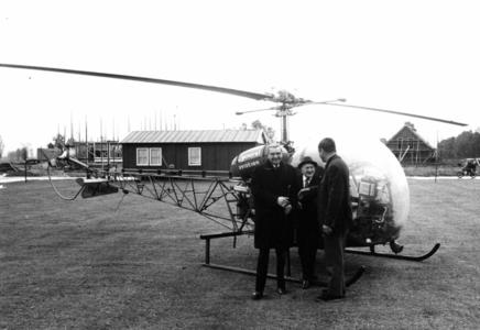 90774 Afbeelding van burgemeester J. van der Heide (links) en E. Baars (voorzitter van de Vrijwillige ...