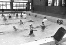 91204 Interieur van het zwembad Fletiomare (Esdoornlaan 5) te De Meern (gemeente Vleuten-De Meern) tijdens een ...