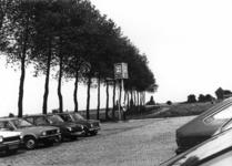 154552 Gezicht op de P+R-parkeerplaats bij het N.S.-station Lage Zwaluwe te Zevenbergschenhoek.