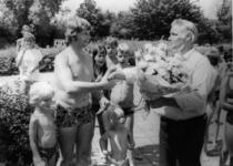 91207 Afbeelding van de huldiging door bedrijfsleider H. Valkenburg van het zwembad Fletiomare (Esdoornlaan 5) te De ...