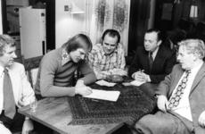 91181 Afbeelding van het ondertekenen van het contract door E. van Steijn (voormalig prof-voetballer bij F.C. Utrecht) ...