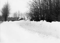 91030 Gezicht op de besneeuwde Ockhuizerweg te Haarzuilens (gemeente Vleuten-De Meern), tijdens de strenge winter van ...