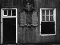 77810 Afbeelding van de fundatiesteen uit 1749, op de voorgevel van het pand behorende tot de Breyerskameren ...