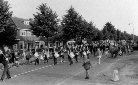 90547 Afbeelding van de feestelijke optocht over de Meerndijk te De Meern (gemeente Vleuten-De Meern) ter gelegenheid ...