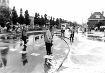90620 Afbeelding van het schoonspuiten van het kruispunt Rijksstraatweg / Meerndijk te De Meern (gemeente Vleuten-De ...