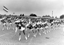 91725 Afbeelding van een opvoering door majorettes tijdens de muziekwedstrijd ter gelegenheid van het Diamantfestival, ...
