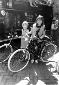 90644 Afbeelding van de prijswinnaars met hun prijs (een fiets) van de tekenwedstrijd voor schoolkinderen te De Meern ...