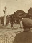 123155 Afbeelding van een verkeersagent op de Smakkelaarsbrug bij het Leidseveer te Utrecht. Op de achtergrond de ...