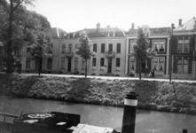41974 Gezicht op voorgevels van de huizen Catharijnesingel 39-42 (links) te Utrecht; links de hoek met de Westerstraat; ...