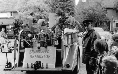 90549 Afbeelding van het afscheid van de oude spuitwagen van de vrijwillige brandweer te De Meern (gemeente Vleuten-De ...