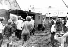 90622 Afbeelding van het blussen van een tijdens dakwerkzaamheden in brand geraakte schuur in de in aanbouw zijnde wijk ...
