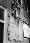 77808 Afbeelding van de fundatiesteen uit 1749, op de voorgevel van het pand behorende tot de Breyerskameren ...