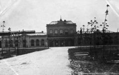 156888 Gezicht op het station Leeuwarden van de Staatsspoorwegen te Leeuwarden.
