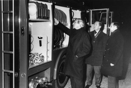 90691 Afbeelding van de inspectie van de nieuwe tankautospuit van de vrijwillige brandweer van Vleuten door ...