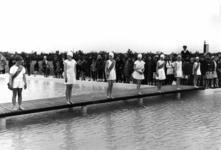 91471 Afbeelding van de zwemwedstrijd ter gelegenheid van de officiële opening van het openlucht zwembadencomplex ...