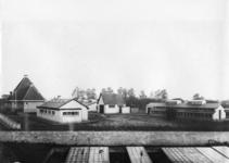 23570 Gezicht op het terrein van het Stichts Asyl voor Dieren (Houtensepad 2A) te Utrecht, met v.l.n.r. het huis van de ...