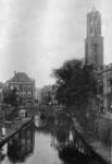 67237 Gezicht op de Oudegracht te Utrecht vanuit het zuiden met op de achtergrond de Gaardbrug en de Domtoren.