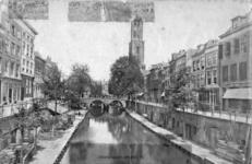 67235 Gezicht op de Oudegracht te Utrecht vanuit het zuiden met op de achtergrond de Gaardbrug en de Domtoren.
