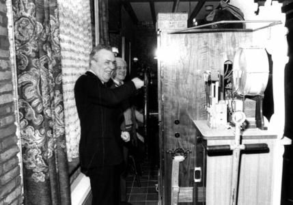 90934 Afbeelding van burgemeester mr. H. A. C. Middelweerd tijdens de opening van het restaurant Castellum ...