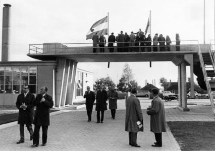 91806 Afbeelding van de rondleiding voor de genodigden bij de officiële opening van de rioolwaterzuiveringsinstallatie ...