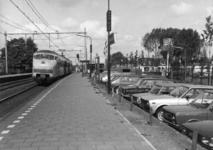 154535 Afbeelding van een electrisch treinstel plan V (mat. 1964) van de N.S. langs het perron van het N.S.-station ...