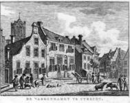36032 Gezicht op de Varkenmarkt te Utrecht uit het zuiden, met op de achtergrond een gedeelte van de toren van de Jacobikerk.