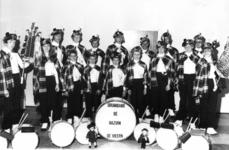 91719 Groepsportret van de leden van de drumband van de muziekvereniging De Bazuin in het Verenigingsgebouw (Zandweg ...