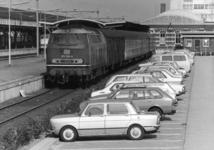 154560 Afbeelding van de diesellocomotief 215 026-6 van de D.B. met rijtuigen (trein naar Kleve) langs het perron van ...