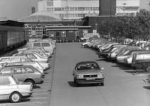 154563 Gezicht op de P+R-parkeerplaats van het N.S.-station Nijmegen te Nijmegen.