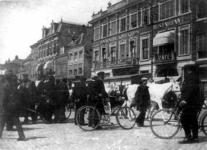 52722 Gezicht op het Vredenburg te Utrecht tijdens een paardenmarkt met rechts op de achtergrond het café-restaurant ...