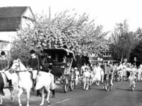 90916 Afbeelding van het per koets ophalen van burgemeester mr. H. A. C. Middelweerd en zijn vrouw op de Stationsstraat ...