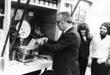 90942 Afbeelding van wethouder J. Oostrom die die openingshandelingen verricht voor de Rijdende Reformwinkel op de ...