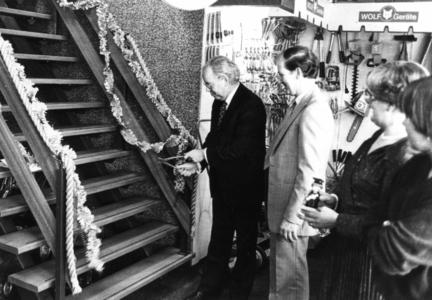 90951 Afbeelding van de officiële opening van de bovenverdieping van de rijwiel- en ijzerhandel J. van Zuijlen ...