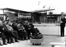 91472 Afbeelding van de toespraak door burgemeester J. H. van der Heide (rechts) ter gelegenheid van de officiële ...