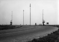 159956 Gezicht op een met AHOB's beveiligde spoorwegovergang in de Provincialeweg te Sliedrecht.