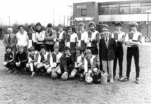 91185 Groepsportret van het bestuur en de leden van het tweede elftal van de voetbalvereniging P.V.C.V. op het ...