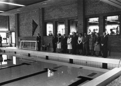 91527 Afbeelding van enkele genodigden tijdens de officiële opening van het 25-meter bad met kleedaccommodatie en ...