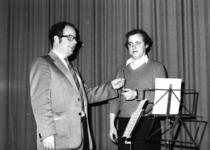 91730 Afbeelding van J. de Jong (links), scheidend dirigent van de Christelijke Harmonie Vleuten te Vleuten (gemeente ...