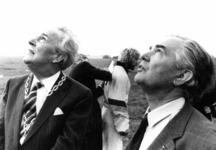 90807 Afbeelding van van burgemeester mr. H. A. C. Middelweerd en mr. P. van Dijke (commissaris van de koningin in de ...