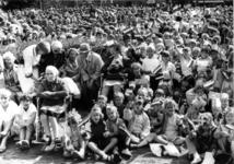 90980 Afbeelding van het publiek voor het bezoek van Koningin Beatrix aan de gemeente Vleuten-De Meern op het ...