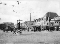 83924 Gezicht op de Smakkelaarsbrug te Utrecht, met een verkeersagent, uit het oosten. Op de achtergrond de ...