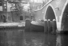 83689 Gezicht op de Vollersbrug over de Oudegracht te Utrecht, uit het noordwesten.